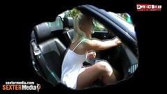 Duennes Teenie wird beim Autoputzen geil