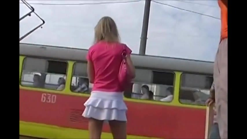 Magrinha sabrosa de mini falda blanca cogiendo el tren - 2 part 1
