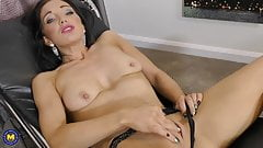 British mature mom Roxi feeding her pussy