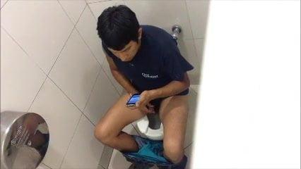 мужик подсматривает в туалете тут решили