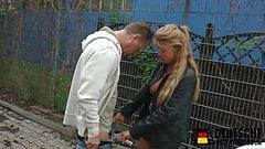 Blonde Milf auf der Strasse gefickt