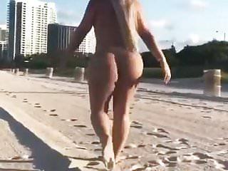 Ragazza nuda con culo incredibile corre sulla spiaggia xx