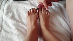 Massive cumshot on her pretty feet