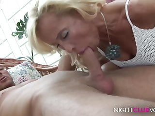 Download video bokep Geile Blonde Mom fickt junge Sportskanone Mp4 terbaru