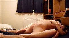 Blond slampa med fantastiska rov rider min kuk i mitt rum