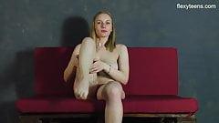 Горячая гимнастка Sofya Belaya раздвигает свои длинные ноги