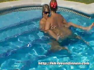 2 FKK Girls im Pool