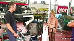 Geile MILF Mutter fickt den Jungen Azubi in der Werkstatt
