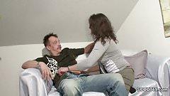 Notgeile Putzfrau fickt mit ihm als seine Alte weg ist