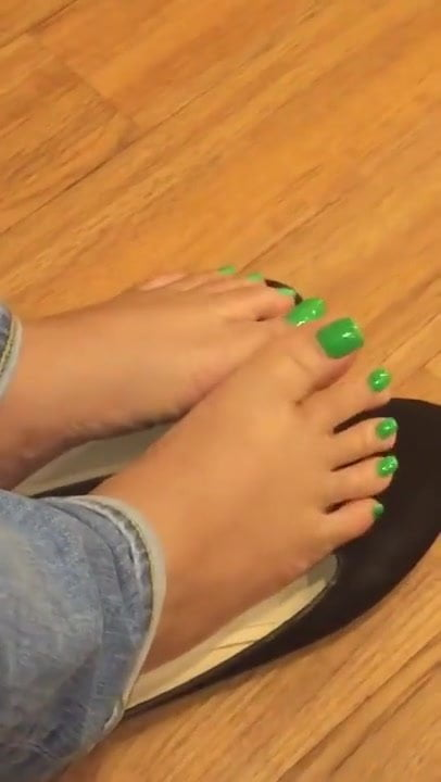 Very sexy feet with green toes