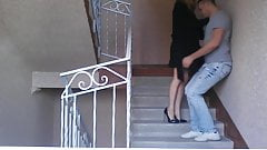 Arrogante Schnalle tritt Ex-Lover im Treppenhaus in die Eier's Thumb