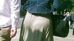 Rabuda com saia longa marcando a calcinha e a lomba