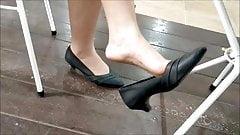 dangling heels en public 2