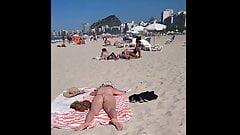 Gostosa no Topless e gatinha tomando sol na xoxota