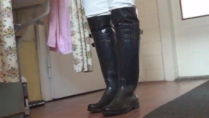 Раздвигают ноги приказала почистить сапоги почистить сапожки приказала секс бодибилдинг