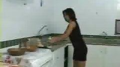 pegando a cunhada na cozinha