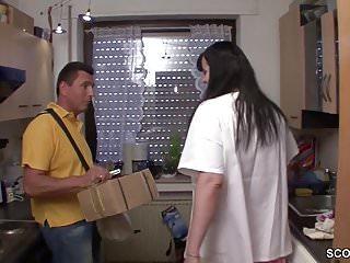 MILF fickt den Postboten wenn der Alte auf Arbeit ist