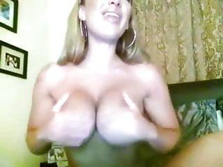 Rubia tetona se desnuda y masturba delante la cam