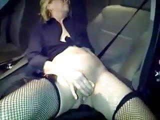 exib dans la voiture devant des males