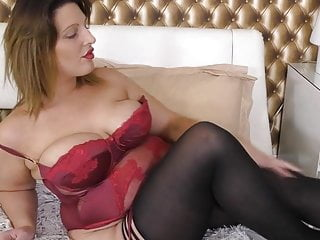 Curvy British Housewife Playing In Their Way Pussy