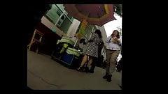 upskirt empleada de gob comprando helado