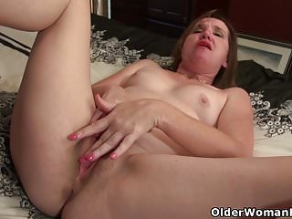 American milf Terri Pazelli plays with her wet pussy