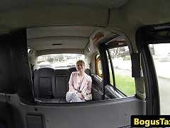UK taxi babe sucking off drivers cock