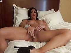 Nude female bodybuilder rubs her big clit Thumbnail