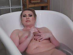 European mature mom fingering pussy in bath