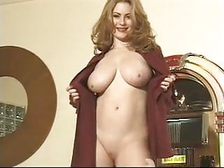 voluptuous babe shows her sweet pussy