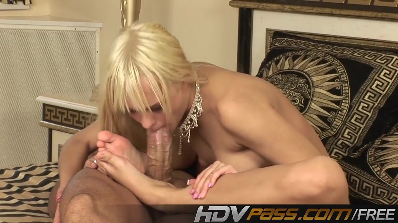 Blue Ange Foot Babes Uses Her Feet Whit This Lucky Huge Cock