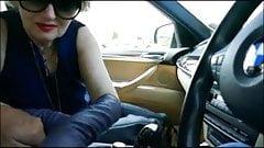 Super mamie pompe dans la voiture