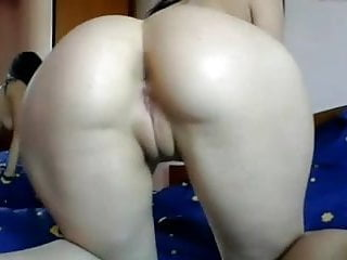 webcam model rubs her nice booty :)