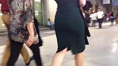 Blondes big ass, tight green dress , sexy milf