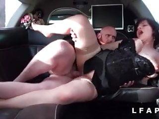 Grosse libertine sodomisee dans la limousine