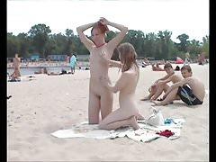 Exhibition 03 - 2 filles sur la plage