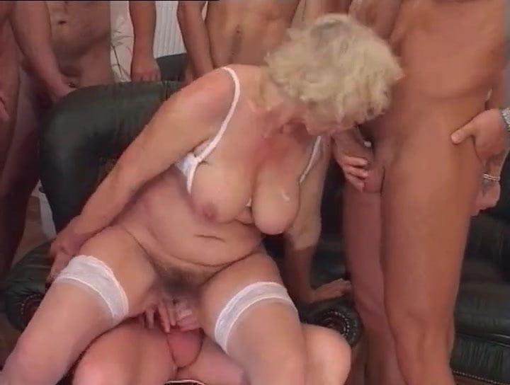 Пожилую немку впятером порно