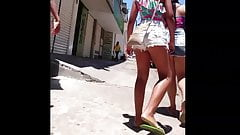 Novinha Morena short torando e polpinha aparecendo