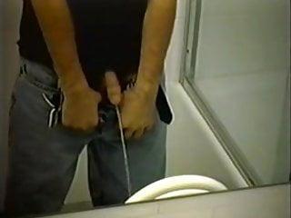 skritaya-kamera-v-muzhskih-tualetah-porno-stole-zabrizgala-vsyu