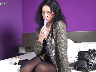 Naughty Dutch mom with big pussylips sticking a vibrator up