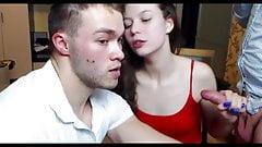 Gay beendete das Mädchen auf seinem Rücken.Sie ist zufrieden