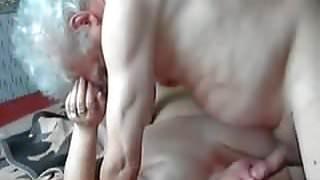 oma wordt in haar mond geneukt