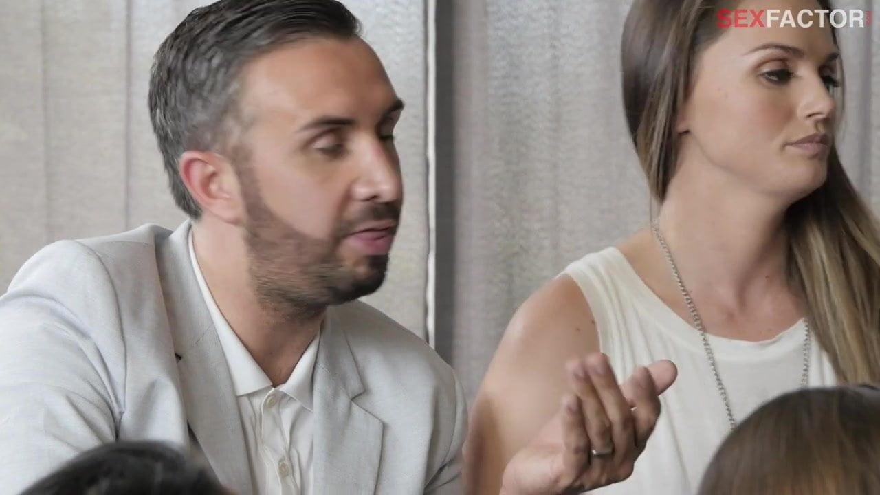 Jeune couple amateur devant des voyeurs de LaMaisonduSexe