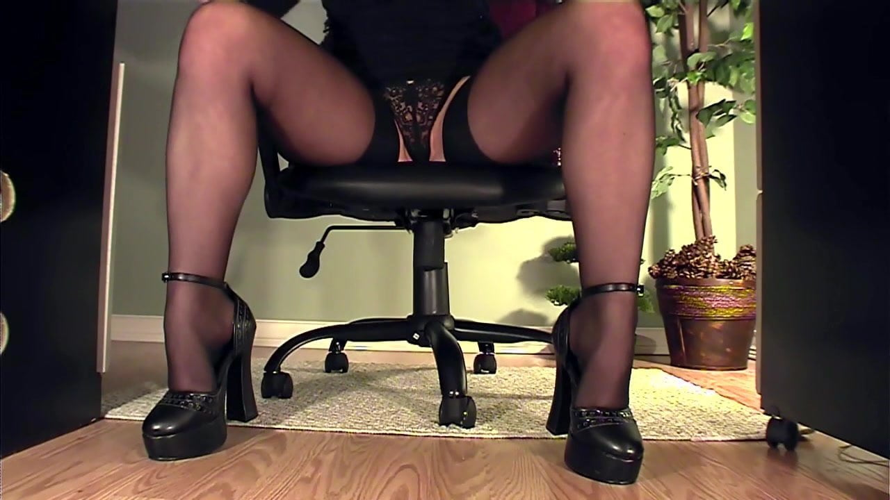 мастурбирует под столом видео - 10