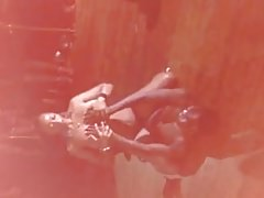 Un striptease super chaud en boite de la part d'une bombe
