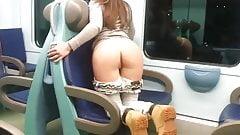 Novinha mostrando a bunda no metro