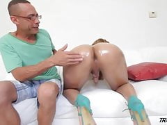 Gorgeous Tranny gets her big ass oiled and opened