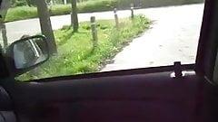 Den unge skjonnheten knuller i bilen