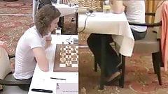 Schachmädchen syntribiert während des Spiels