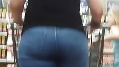 Candid milf in tight jeans with a sexy ass.